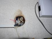Почему моргает свет. Плохой контакт в розетках или выключателях может служить причиной моргания света.