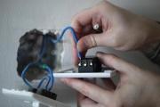 Починить проводку. Чтобы починить электропроводку, можно вызвать профессионального электрика.  Это не слишком сложно, но требует аккуратности.