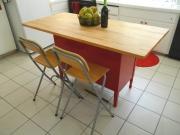 Починка мебели. На старом кухонном столе была заменена столешница и покрашено основание. Стол приобрел современный вид.