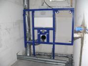 Подключение инсталляции. Для установки навесного унитаза используются специальные стальные траверсы, называемые инсталляционными (установочными) системами.