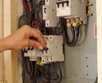 Подключение рубильника. Подключение рубильника лучше доверить нашим электрикам, которые отлично разбираются в тонкостях этой работы.