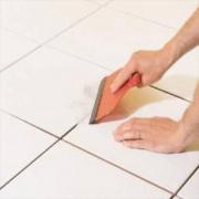 Поэтапный ремонт квартиры. Заключительным этапом укладки плитки является затирка швов.