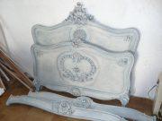Покрасить кровать. После покраски детали кровати выглядят изысканно и по-современному.