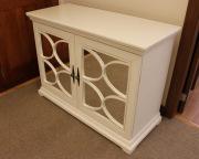 Покраска деревянной мебели. Покрашенный буфет с отделкой дверей зеркалами.