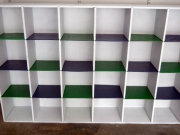 Покраска стеллажей. Покраска внутренних полок стеллажа придают ему стильный вид.