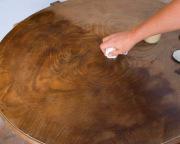 Покрыть лаком мебель. Если вам нужно изменить цвет дерева, то перед нанесение лака необходимо нанести морилку для дерева. Морилка проявит текстуру и придаст дереву нужный цвет.
