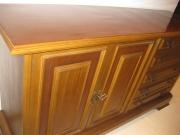 Покрыть лаком мебель. Обновленный деревянный комод после покрытия лаком.