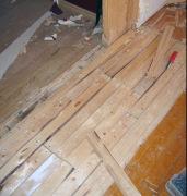 Положить ламинат на деревянный пол. Перед тем как стелить ламинат на деревянные полы, необходимо проверить их состояние и заменить их ненадежное крепление.