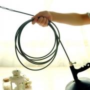Прочистка засоров в квартире. В квартире для прочистки засоров желательно иметь специальный тросик.