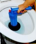 Прочистка засоров в унитазе. Прочистка зазора при помощи вакуумной трубки.