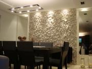 Проекты ремонта квартир. Объемная отделка стены в столовой и оригинальная подсветка вносит неповторимый комфорт в интерьер.