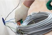 Прокладка проводки в доме. Самостоятельно прокладывать проводку в квартире или частном доме без надлежащих знаний и навыков не рекомендуется.