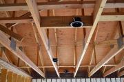 Провести проводку в деревянном доме. Электропроводку в деревянном доме необходимо проводить до отделки помещения.