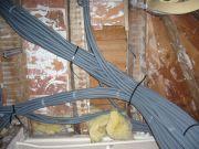 Провести проводку в деревянном доме. После разметки и определения способа монтажа необходимо проложить кабели либо в специальных коробах и трубах в открытом виде, либо скрыто за строительными конструкциями, подвесными потолками и штукатуркой.