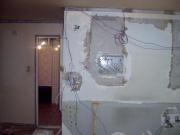 Провести проводку в квартире, цена. При проведении такого рода электромонтажных работ придется иногда пожертвовать порядком  квартиры и при штроблении стен еще придется и делать ремонт этих стен.
