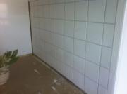 Расценки на ремонт квартир. Отделка стены плиткой в ванной комнате - частая услуга, которую оказывают наши мастера-плиточники.