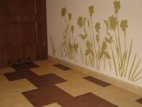Расходы на ремонт квартиры. Красивый пол в прихожей и оригинальные наклейки на стену придают особый колорит и неповторимость.