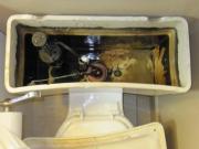 Разборка унитаза. Разборка бачка унитаза: отключение от водоснабжения, демонтаж сливного оборудования,  бачка.