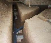 Разводка канализационных труб. Разводка труб канализации должна быть устроена таким образом, чтобы в подвальной части дома труба-выпуск, в которую плавно входит стояк, и труба, которая будет отводить стоки из здания, будут пролегать под землей.