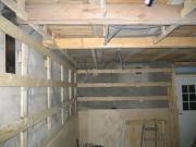 Разводка проводки. При проведении электропроводки в деревянном доме провода должны быть хорошо изолированы.