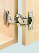Регулировка мебельных петель. Главное при навеске дверцы — точный монтаж механизма крепления.