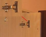 Регулировка мебельных петель. Механизм регулировки встроен в ленточный рычаг. С помощью трех винтов можно перемещать дверцу в трех плоскостях.