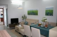 Ремонт 2 комнатной квартиры. Можно сделать яркие акценты в комнате при помощи картин и цветов.
