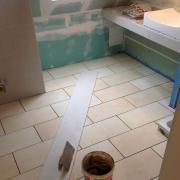 Ремонт 2 комнатной квартиры. Укладка разных видов плитки на стены и пол в ванной комнате - это работа для наших мастеров-плиточников.