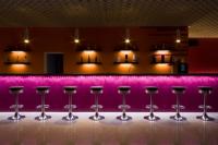 Ремонт баров. Яркие цветовые решения для оформления баров привлекают посетителей.