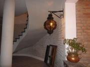 Ремонт домов квартир. Не оштукатуренные кирпичные стены и красивая лестница сделает Ваш дом похожим на древний замок.