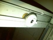 Ремонт душевых кабинок. Поломка роликов - частая причина плохого закрывания дверей душевой кабинки.