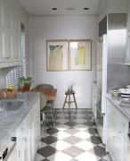 Ремонт двухкомнатной квартиры п44т. Небольшая кухня может стать уютнее, если сделать яркий акцент на стенах и уложить диагонально плитку.
