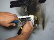 Ремонт электропроводки. Возгорание часто происходит из-за плохого контакта.