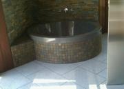 Ремонт и дизайн квартир. Угловая ванная с отделкой под мрамор.