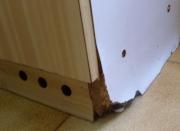 Ремонт корпусной мебели на дому. Расслоившаяся стенка кухонного шкафа из ДСП.