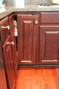 Ремонт корпусной мебели. Вылетевшие петли на дверцах кухонного гарнитура.