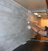 Ремонт кухни под ключ цена. Отделка стен кухни плиткой.