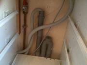 Ремонт кухни под ключ. Трубы подключения бытовой техники  к системам канализации и водоснабжения аккуратно спрятаны за ящики.