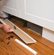 Ремонт кухонного гарнитура. Замена нижних панелей кухонного шкафа. Покраска кухонного гарнитура.