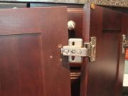 Ремонт кухонной мебели на дому. Поломка петель на шкафчиках кухонной мебели - частая причина вызова мастера на дом.