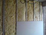 Ремонт квартир, шумоизоляция. Шумоизоляция и утепление стен при помощи монтажа дополнительной конструкции и прокладывания шумоизоляционного материала.