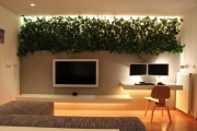 Ремонт квартир СВАО. Полка с подсветкой из живых цветов хорошо оживляет интерьер.