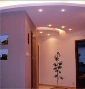 Ремонт квартир в Бутово. Двухуровневый потолок, оригинальное освещение и дизайнерская наклейка на стене придают прихожей удивительный вид.