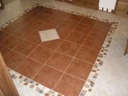 Ремонт квартир в Бутово. Пол на кухне выложен нашими мастерами-плиточниками как всегда качественно и красиво.