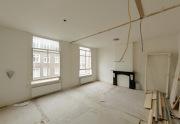 Ремонт квартир в новостройках. Иммитация камина в гостиной - часто используемое дизайнерское решение для создания домашнего очага.