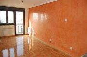 Ремонт квартир ВАО. Паркетный пол и стена сочетаются по цветовой гамме и придают комнате теплоту и уют.