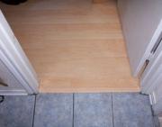 Ремонт квартир ЮВАО. Половые покрытия в комнате и коридоре могут быть из разного материала.