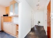 Ремонт квартир ЗАО. За небольшой перегородкой отлично разместился кухонный гарнитур.