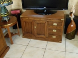 Ремонт мебели из дерева. Деревянная тумбочка после ремонта превратилась в тумбу под телевизор.