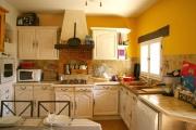 Ремонт мебели кухни. Обновленная поверхность кухонного гарнитура выглядит свежо и современно.